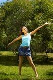 Menina no carrinho do parque afortunado Foto de Stock