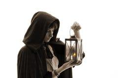 Menina no casaco com uma vela-lanterna Fotografia de Stock Royalty Free