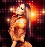 Menina no casaco de pele do Fox Imagens de Stock