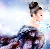 Menina no casaco de pele luxuoso Imagem de Stock