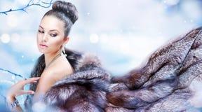 Menina no casaco de pele luxuoso Fotografia de Stock