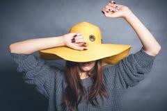 Menina no chapéu amarelo Fotografia de Stock