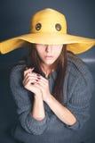 Menina no chapéu amarelo Fotos de Stock