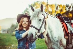 A menina no chapéu no cavalo Foto de Stock Royalty Free