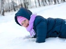 Menina no chapéu da cor-de-rosa do inverno no parque da neve Fotos de Stock