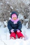 Menina no chapéu da cor-de-rosa do inverno no parque da neve Imagem de Stock