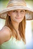 Menina no chapéu de palha Fotografia de Stock