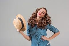 A menina no chapéu de palha fotografia de stock royalty free