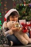 Menina no chapéu de Papai Noel fotografia de stock