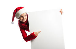 Menina no chapéu de Papai Noel que guarda um cartaz Fotografia de Stock