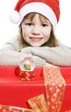 Menina no chapéu de Santa com presentes de Natal Fotografia de Stock