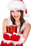 Menina no chapéu de Santa que dá a caixa de Natal. Imagem de Stock