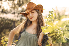 A menina no chapéu de vaqueiro Fotografia de Stock Royalty Free