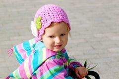 Menina no chapéu feito malha rosa Imagens de Stock