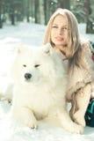 Menina com cão samoed Foto de Stock Royalty Free