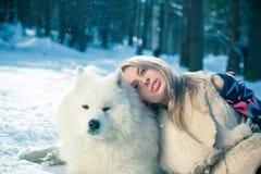 Menina com cão samoed Imagens de Stock