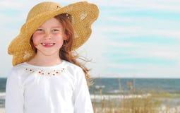 Menina no chapéu na praia imagens de stock