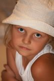 Menina no chapéu branco Fotografia de Stock Royalty Free