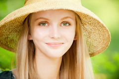 Menina no chapéu de palha Fotos de Stock Royalty Free