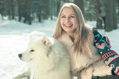 Menina com cão samoed Imagens de Stock Royalty Free
