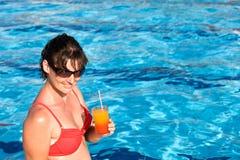 Menina no cocktail vermelho do alcoólico da bebida do biquini. fotos de stock royalty free