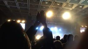 Menina no concerto no close-up do aplauso da multidão Concerto de batida fresco Silhueta dos povos filme