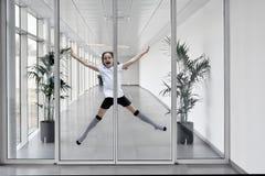 Menina no corredor branco moderno luz-inundado imagens de stock royalty free