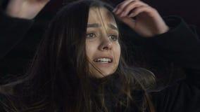 Menina no desespero que olha o ladrão que corre afastado com sua autodefesa da bolsa, crime filme