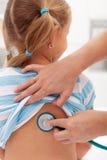 Menina no doutor para um controle Imagem de Stock Royalty Free