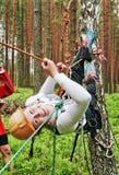A menina no equipamento do turista na floresta Fotos de Stock