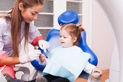 A menina no escritório dental imagem de stock