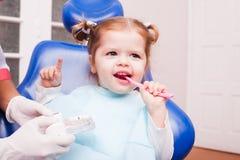 A menina no escritório dental imagens de stock