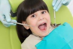 Menina no escritório do dentista Imagens de Stock