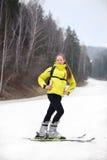 Menina no esqui da montanha Fotos de Stock Royalty Free