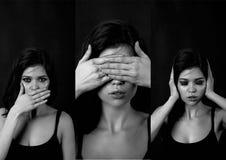 Menina no estúdio em um fundo preto Cabelo vermelho, grande figura collage Não ouça nenhum mal, não veja nenhum mal, não fale nen Fotografia de Stock
