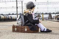 Menina no estação de caminhos-de-ferro Fotografia de Stock