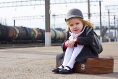 Menina no estação de caminhos-de-ferro Imagens de Stock Royalty Free