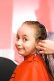 Menina no estilista de cabelo Imagens de Stock Royalty Free