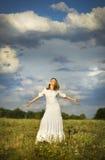 A menina no estilo boêmio na felicidade no céu Fotografia de Stock