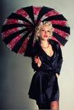 Menina Pin-acima. Estilo americano. Mulheres no revestimento preto com guarda-chuva fotografia de stock