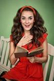 Menina no estilo retro com emoções que lê um livro Fotos de Stock Royalty Free