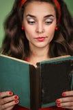 Menina no estilo retro com emoções que lê um livro Fotografia de Stock Royalty Free