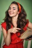 Menina no estilo retro com emoções que lê um livro Foto de Stock Royalty Free