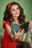 Menina no estilo retro com emoções que lê um livro Imagens de Stock