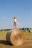 Menina no feno no campo do outono Foto de Stock