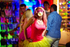 Menina no festival de música, cultura de juventude fotos de stock
