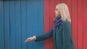 Menina no fundo de madeira colorido do eco vídeos de arquivo