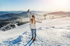 A menina no fundo do esqui inclina-se Fotografia de Stock