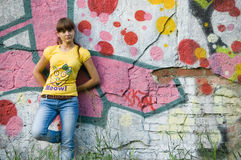 Menina no fundo dos grafittis Imagens de Stock