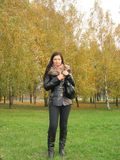 Menina no gramado do outono Fotos de Stock Royalty Free